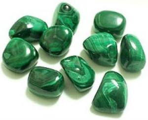 Камень малахит зеленого цвета