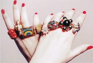 Кольца на разных пальцах