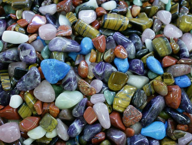 Много драгоценных и полудрагоценных камней